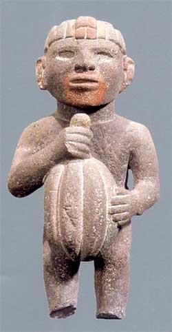 Escultura de hombre con cacao Méxica o Azteca